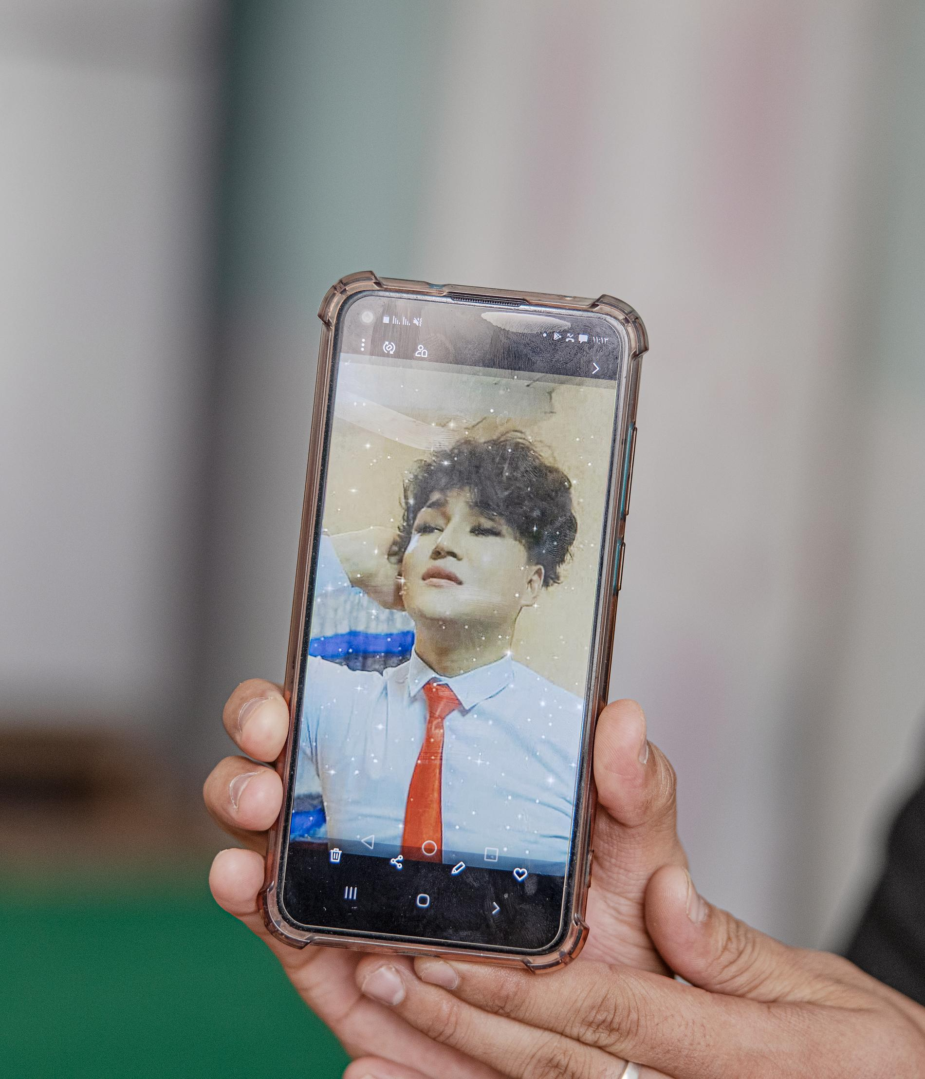 Hamid visar bilder på sin telefon. Bilder på sig själv som han egentligen vill se ut.