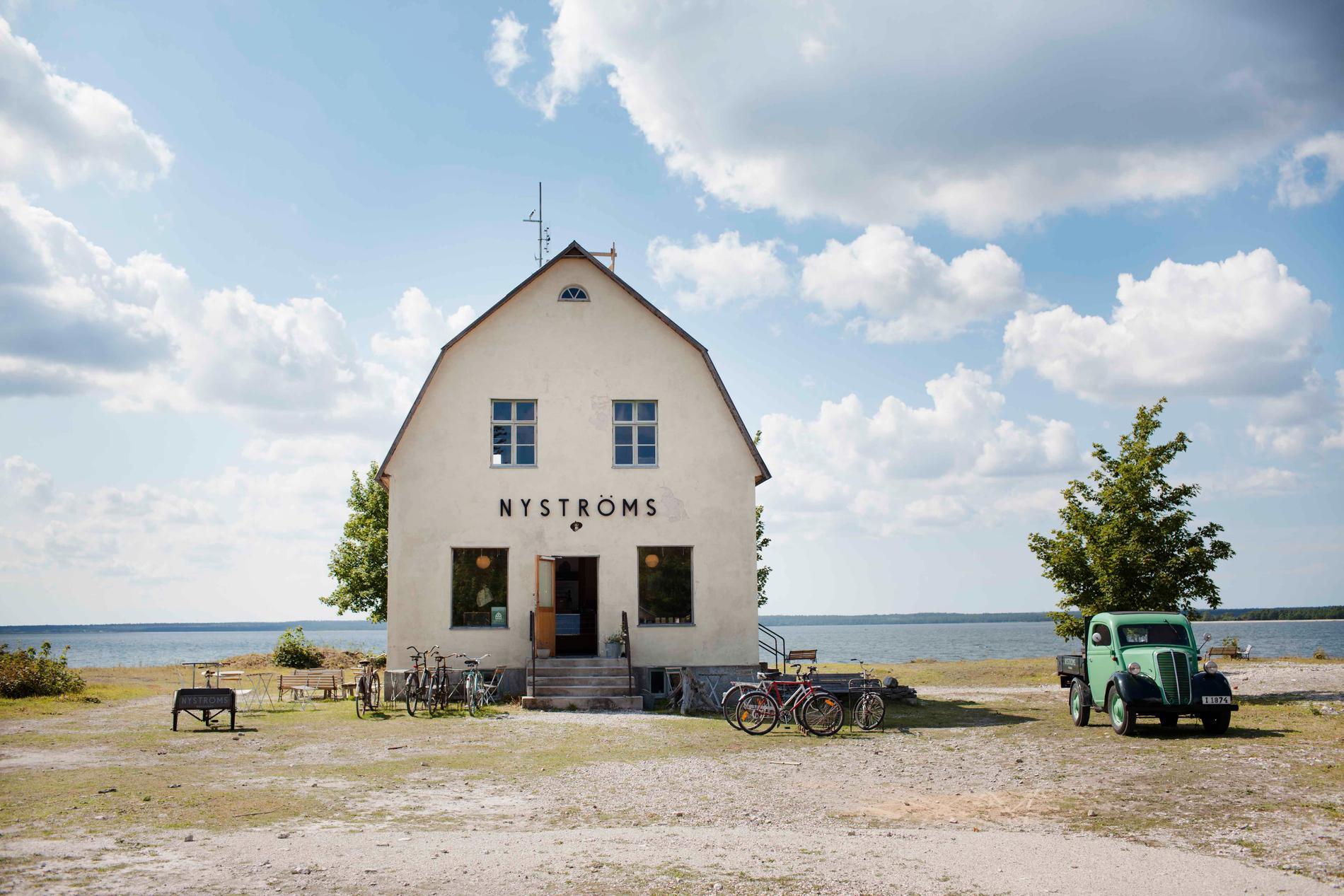 Handla glass i den gamla Konsumbutiken och bada i det gamla kalkbrottet på Bungenäs.