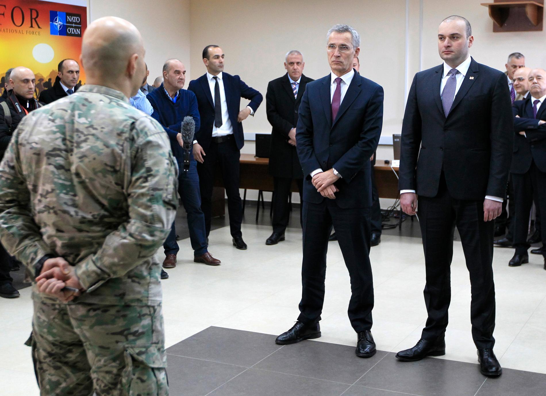 Natochefen Jens Stoltenberg sida vid sida med Georgiens premiärminister Mamuka Bakhtadze.
