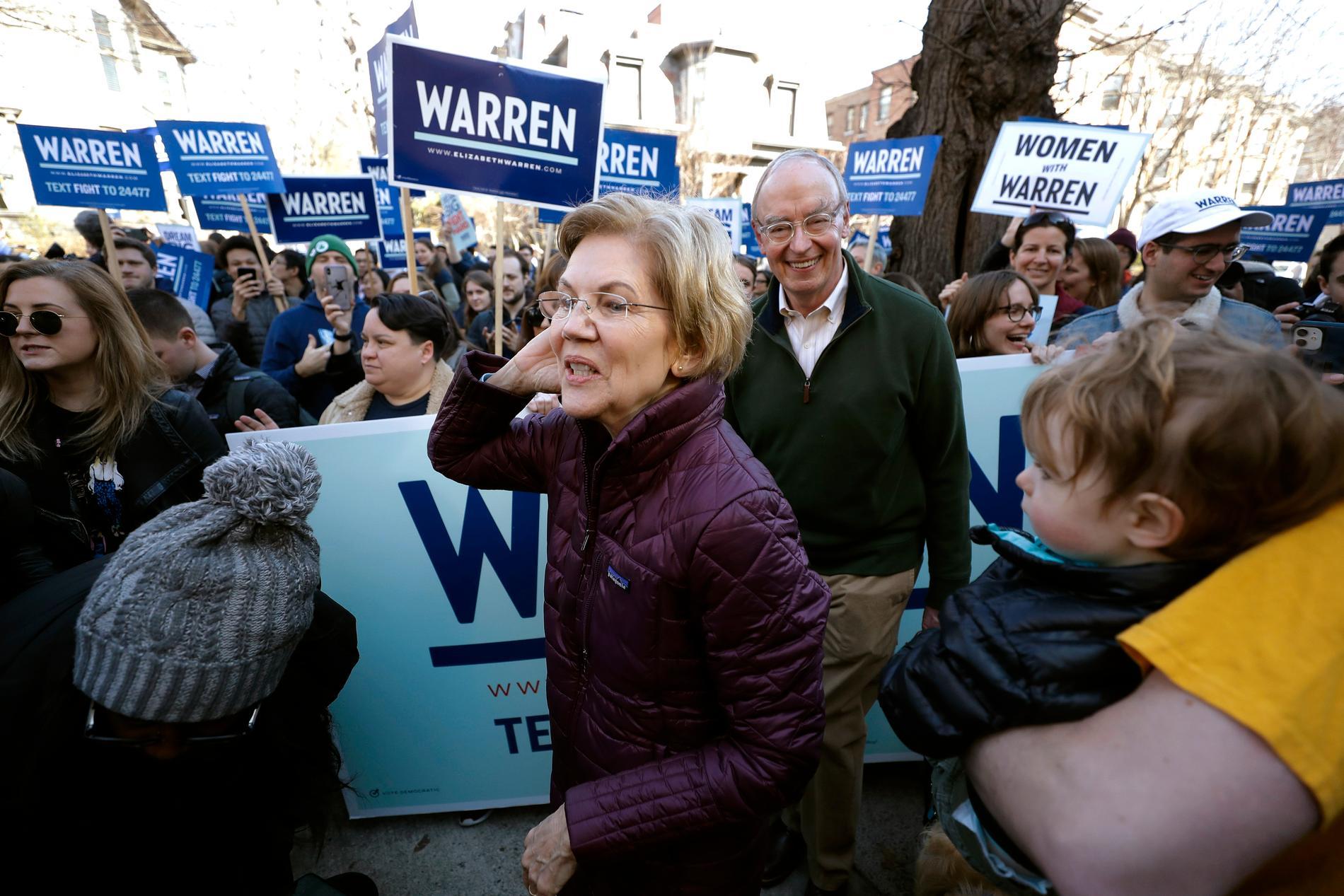 Elizabeth Warren på väg till röstningslokalen i närheten av hennes hem i Cambridge, Massachusetts.