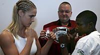Vinnare och biten. Frida Wallberg tog i kväll sin första titel som proffsboxare efter en skandalmatch i Århus mot kenyanskan Zarrika Fautma.