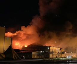 Efter två smällar började det brinna upp genom taket i fabriken i Älvsbyn.