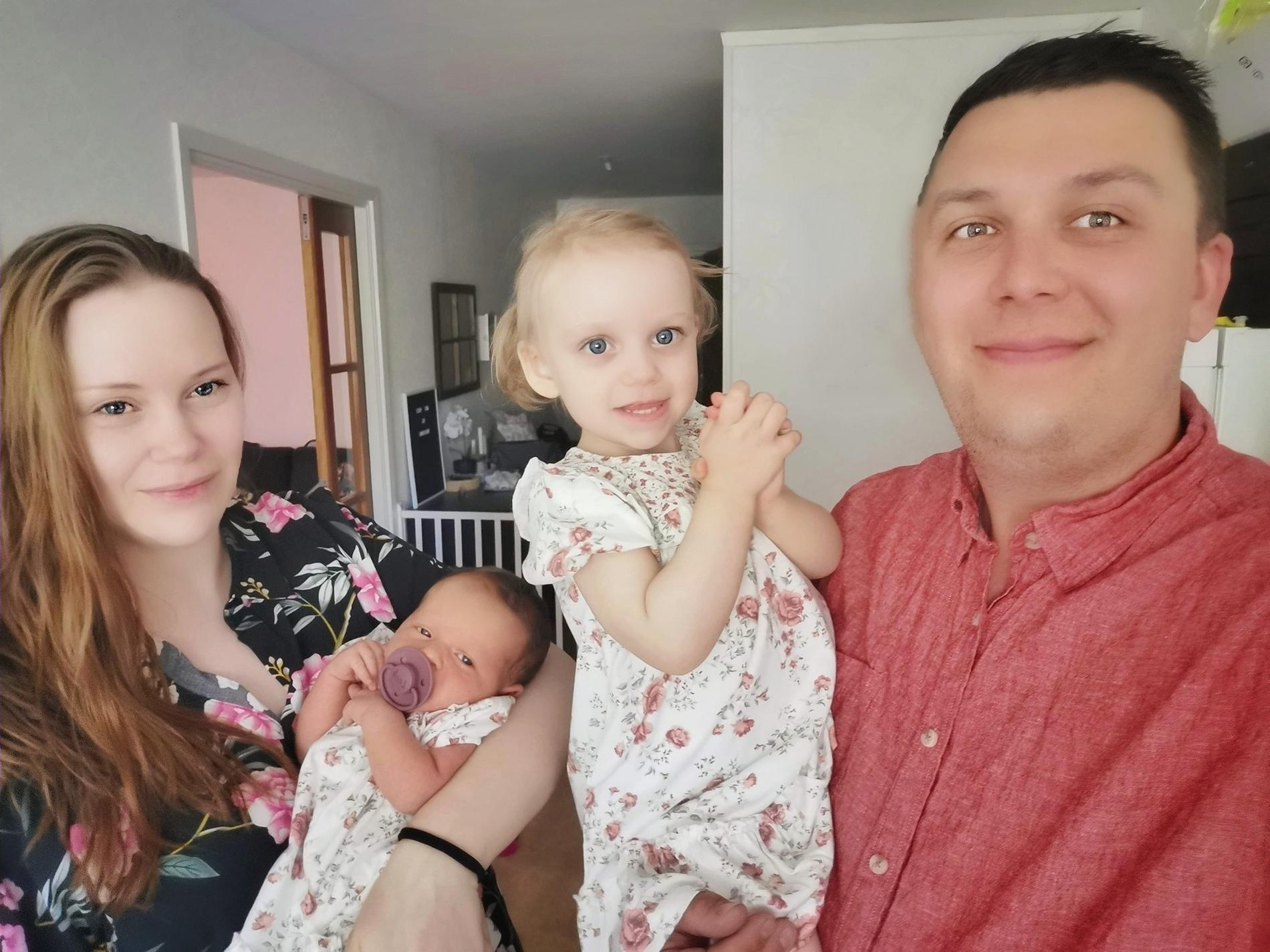 Jennie med dottern Looh, sambon Christoffer och näst yngsta dottern Alice.