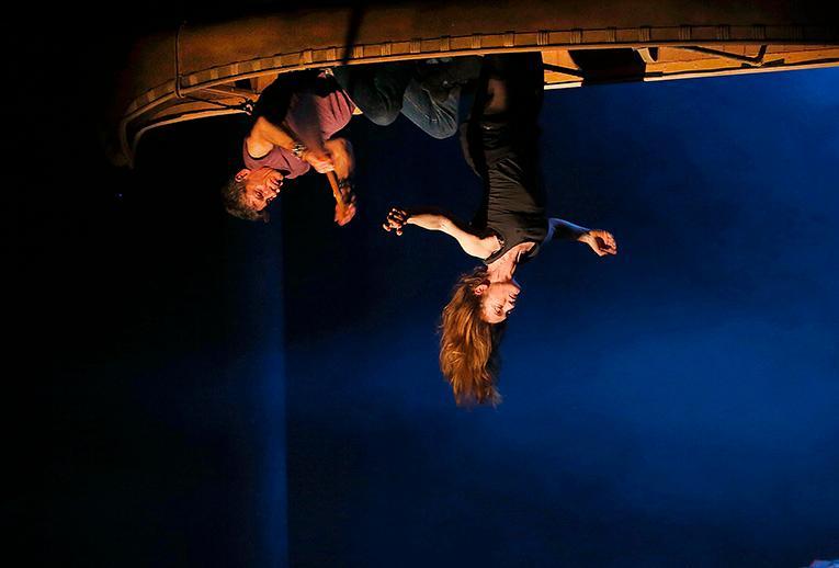 """Drömscen i """"Kanata"""" på Théâtre du Soleil  i Paris. Robert Lepage och Ariane Mnouchkines legendomsusade ensemble skriver teaterhistoria, konstaterar Claes Wahlin."""