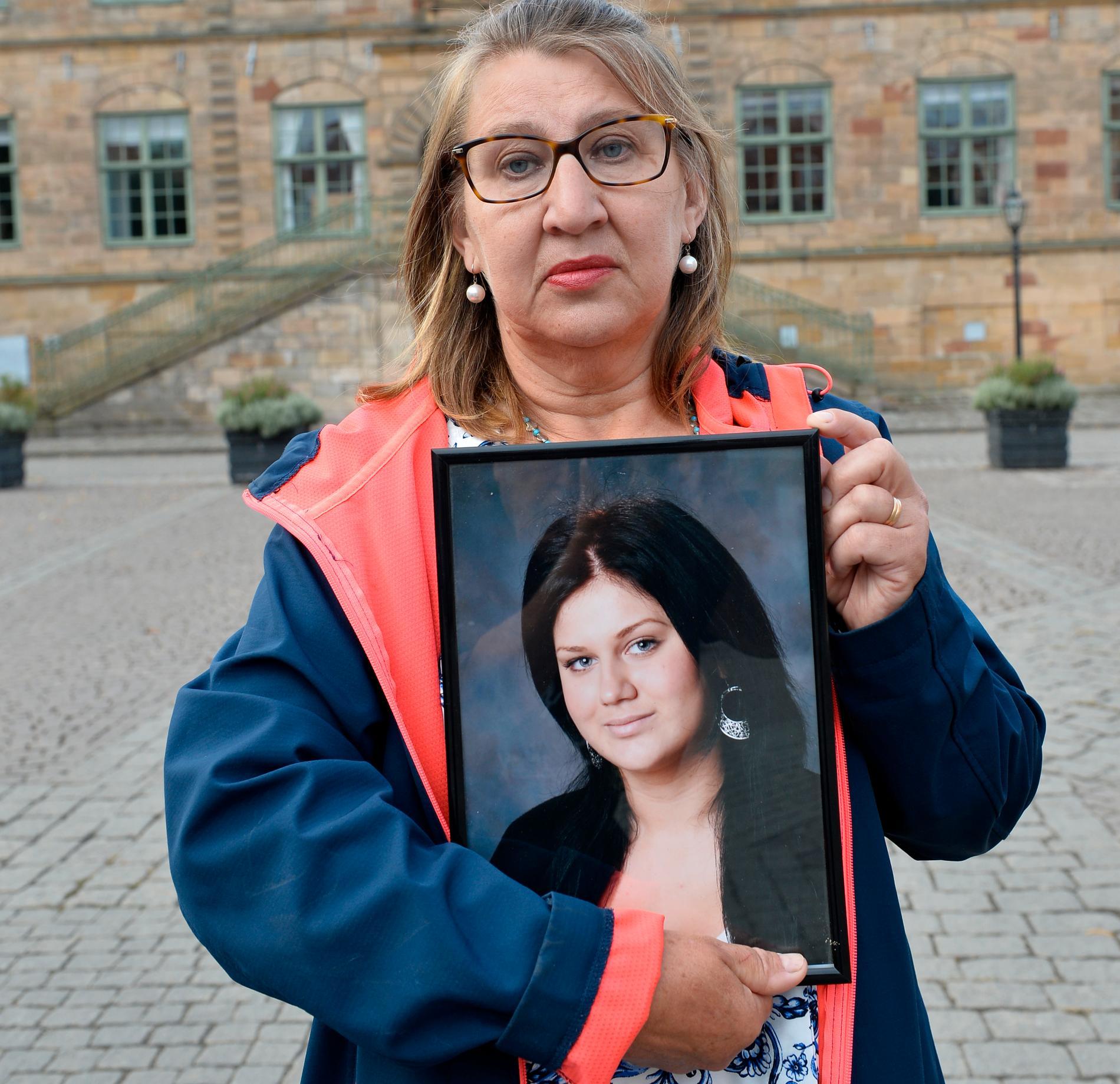 Gunilla Tholander med en bild på sin dödade dotter vid hovrätten.