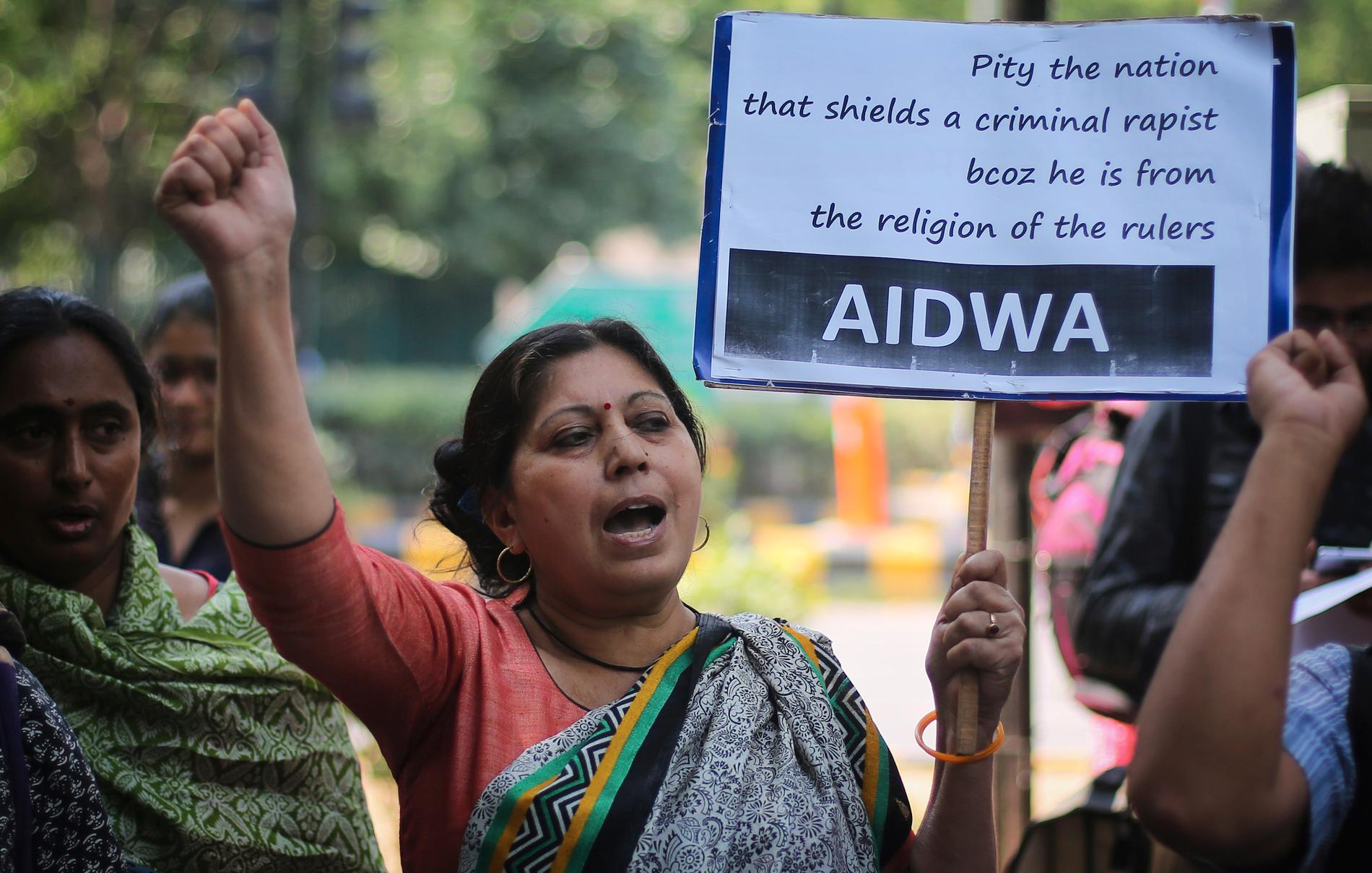En aktivist deltar i en marsch mot sexuellt våld i New Delhi 2012. Arkivbild.