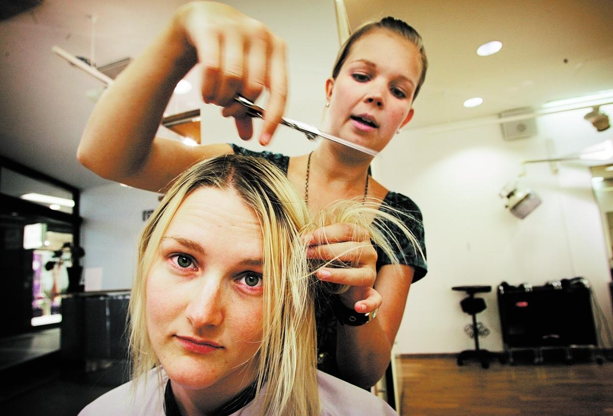 PÅTVINGAT PRAT Somliga frisörer pratar oavbrutet medan andra är knäpptysta. Både typerna kan kännas besvärliga. Bilden är arrangerad.