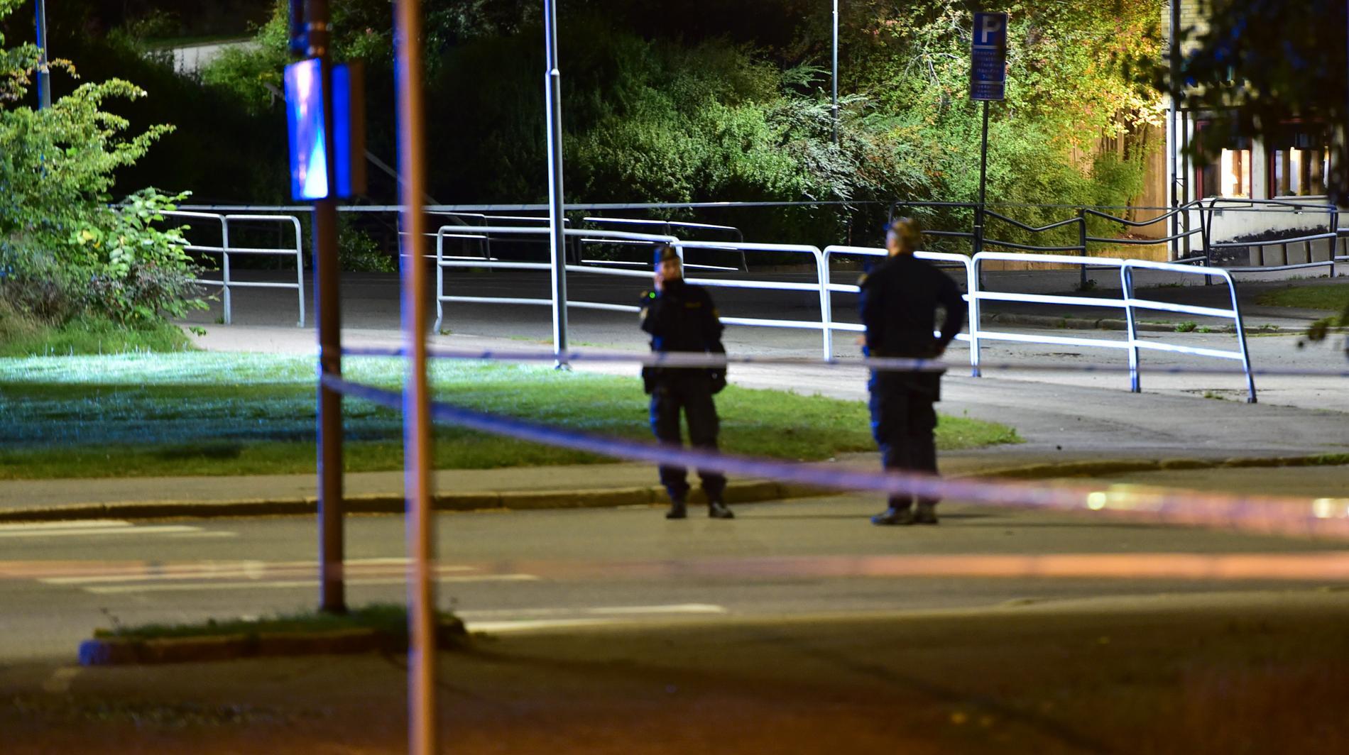 Polis på plats efter mordet.