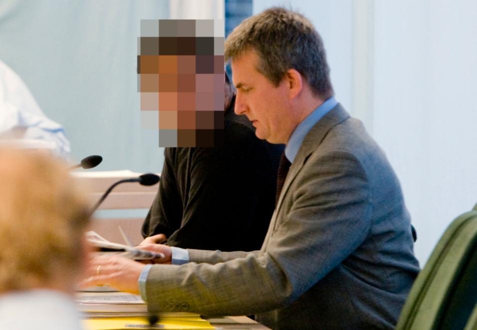Vaktchefen under rättegången. Mannens advokat, Michael Niklasson, till höger.