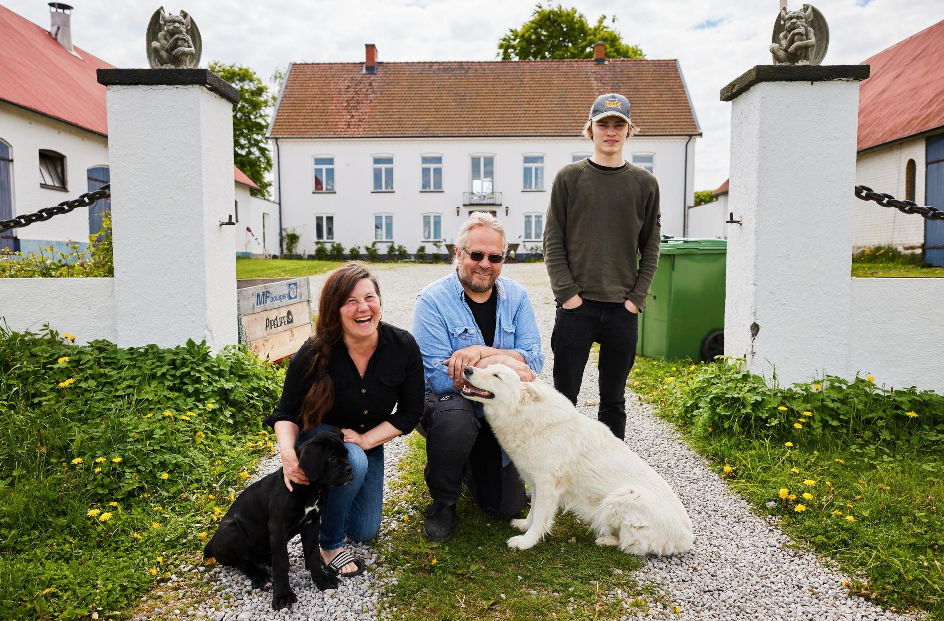 Hela familjen flyttade ner från Norrland. Här samlas de framför sitt nya hem i Skåne.