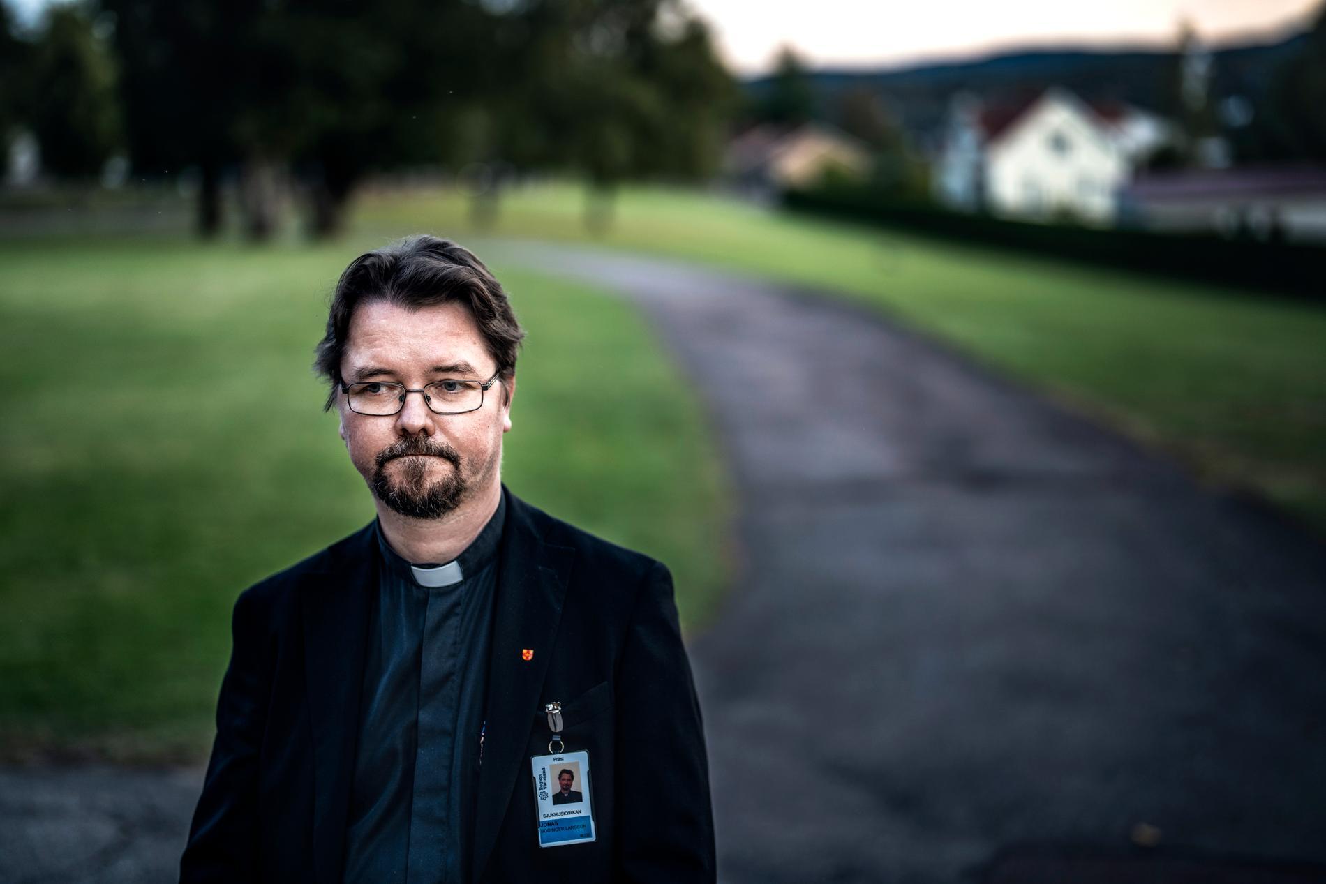 Jonas Bodinger Larsson stod utanför kyrkan där de som ville kunde söka upp honom för stöd.