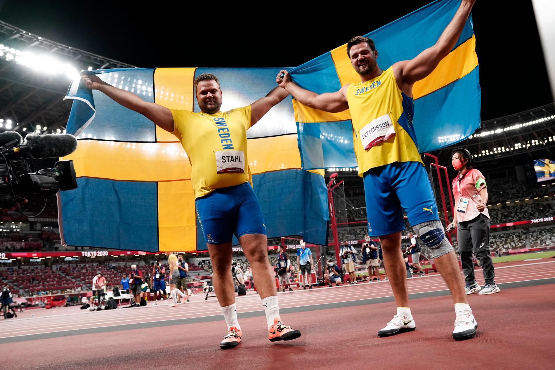 TOKYO 20210731 Sveriges Daniel Ståhl och Simon Pettersson firar efter diskusfinalen under sommar-OS i Tokyo. Foto Björn Larsson Rosvall / TT kod 9200 *** Bilden ingår i SPORTPAKET. För övriga BETALBILD **