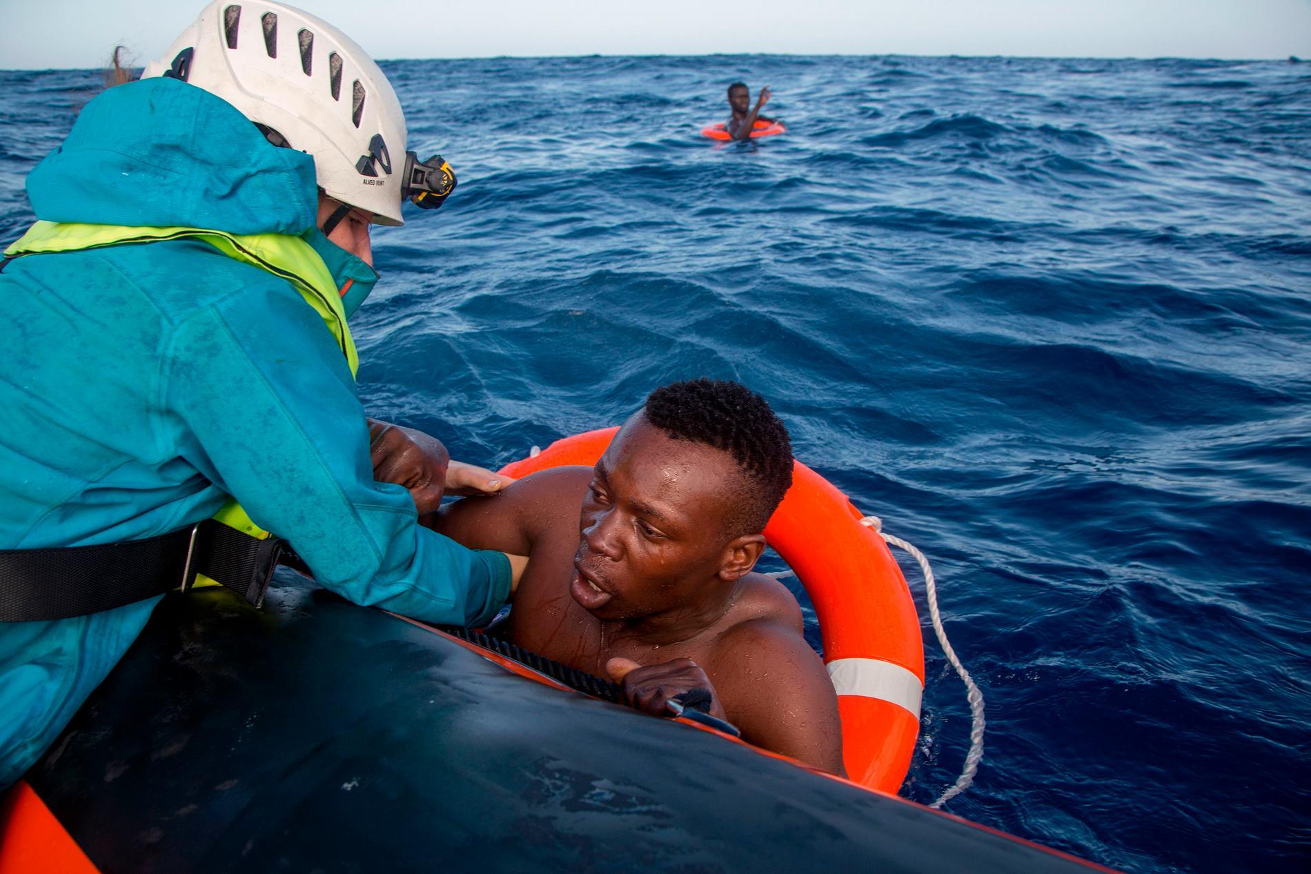 En man hjälps upp på den tyska räddningsbåten, som lyckades rädda 58 liv den 6 november.