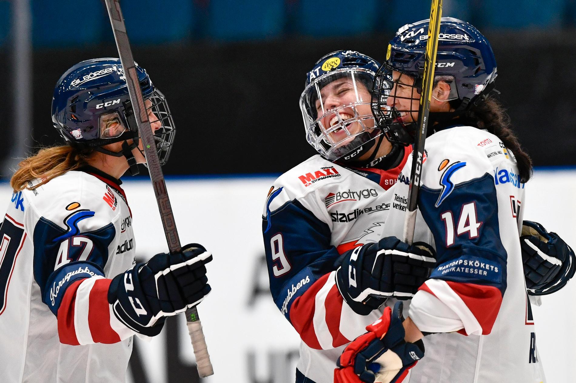 Linköpings Olivia Zafuto (9) jublar efter att ha gjort mål från halva plan. Justine Reyes, till höger, och Lenka Serdar gläds också.