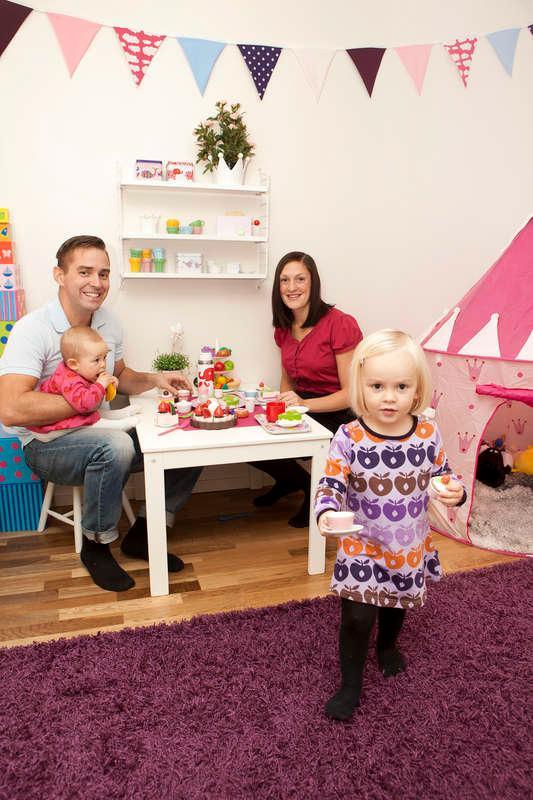 """Familj: Sofia Ahlehjelm, 29, Jonas, 41, Amanda, 2,5 och Olivia, 7 månader.  Gör:  Sofia är föräldraledig jurist och Jonas jobbar som idrottskonsulent.  Bor:  I Täfteå utanför Umeå.  Bästa köp: """"En Bugaboo donkey, en jättedyr men smidig och smart syskonvagn som förhoppningsvis kommer att ha ett fint andrahandsvärde""""."""