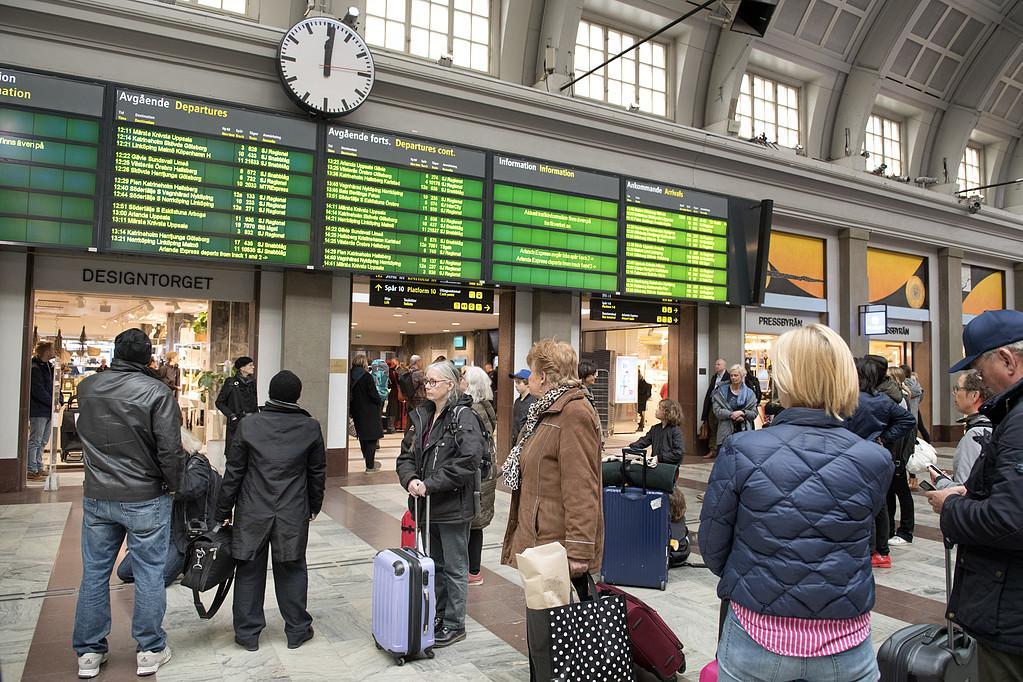 Tyst minut på Centralstationen i Stockholm för att hedra de drabbade i terrorattacken på Drottninggatan.