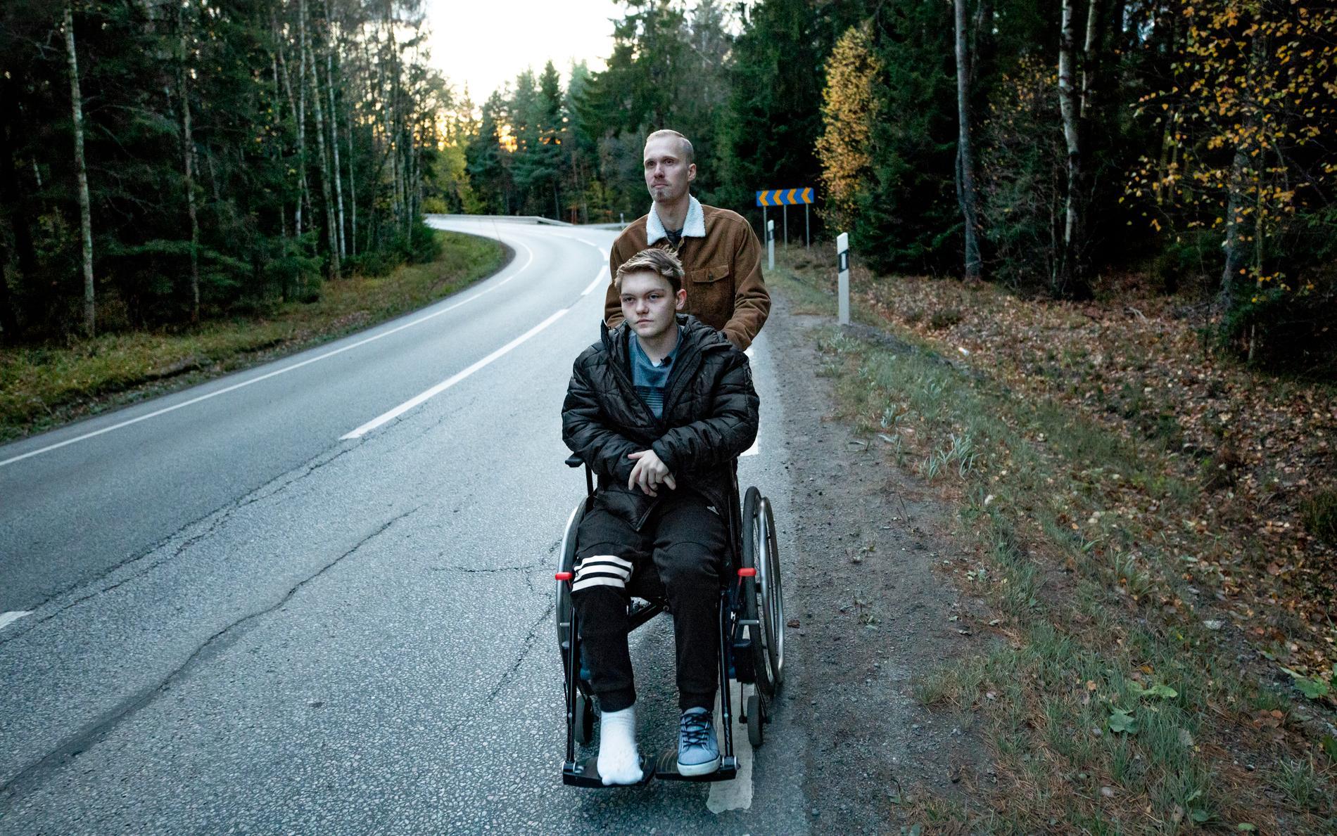 Viktor Hoffman skjuter på Pontus Åhrbergs rullstol.