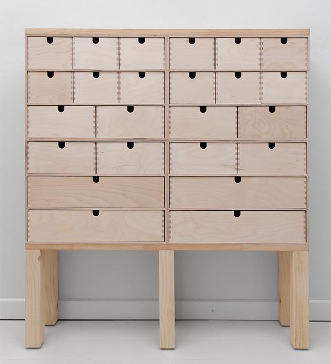 Din byrå är nu färdigmonterad. Du kan antingen lämna den trären eller gå vidare till nästa steg för att måla och dekorera byrån.