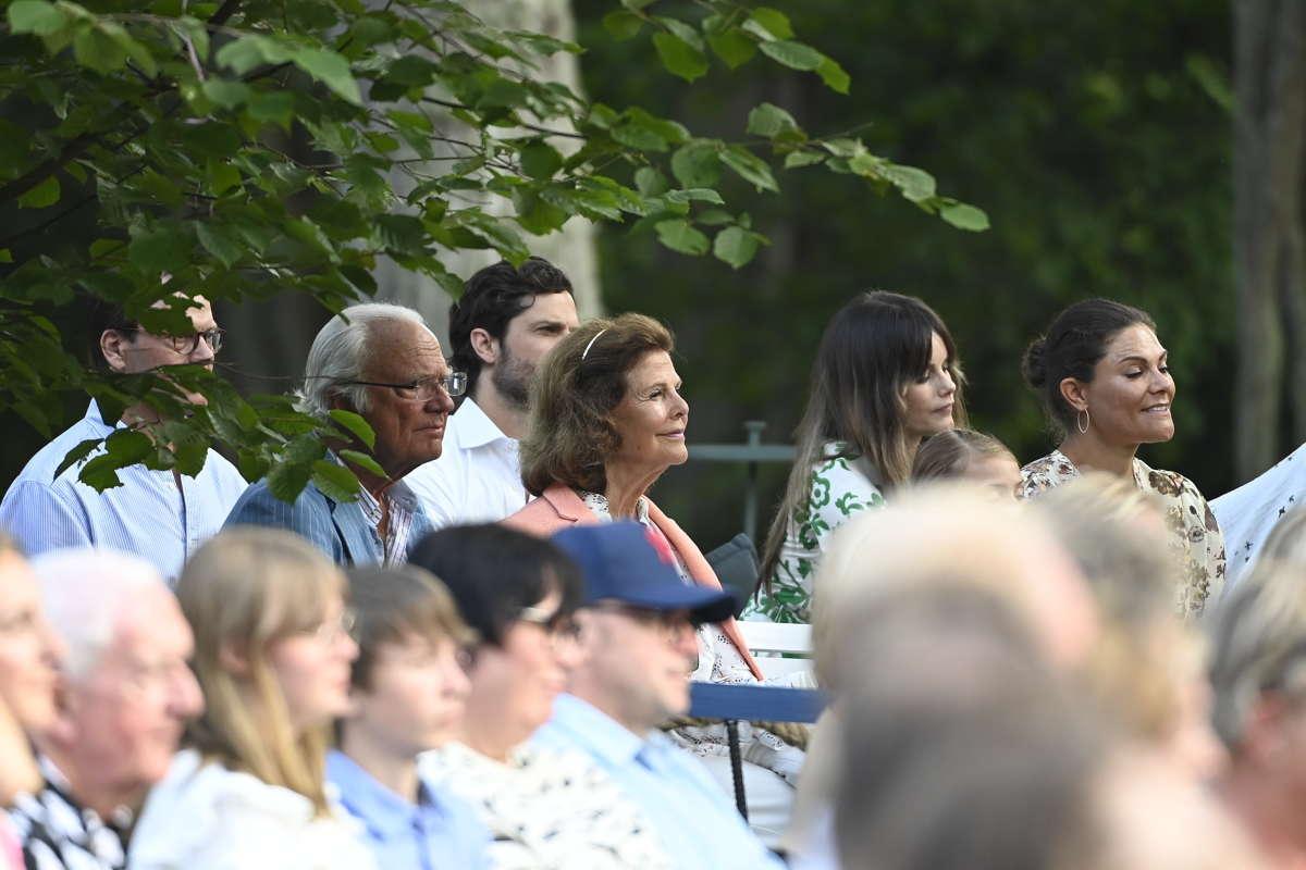 Prins Daniel och prins Carl Philip bakom kungen och drottningen som sitter bredvid prinsessan Sofia och kronprinsessan Victoria.