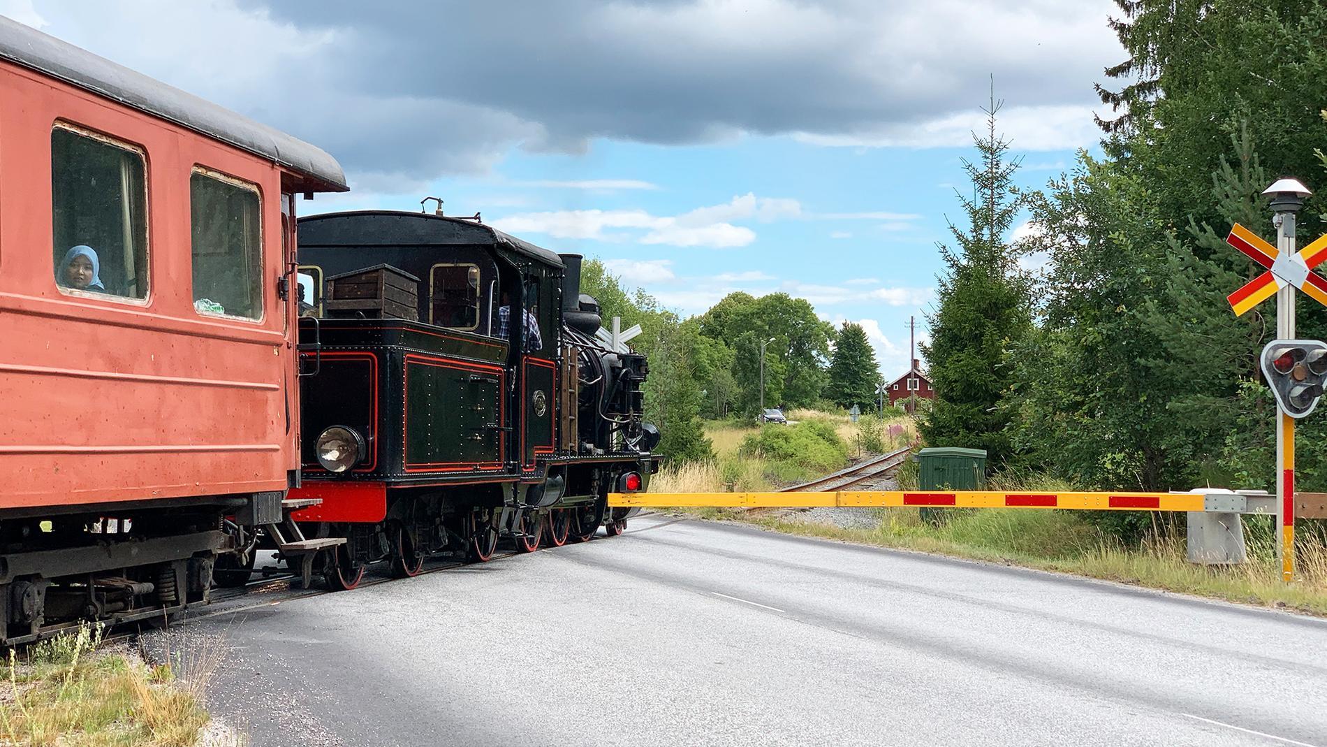Idag är det bara Lennakatten som passerar den numera bomförsedda övergången i Bärby.