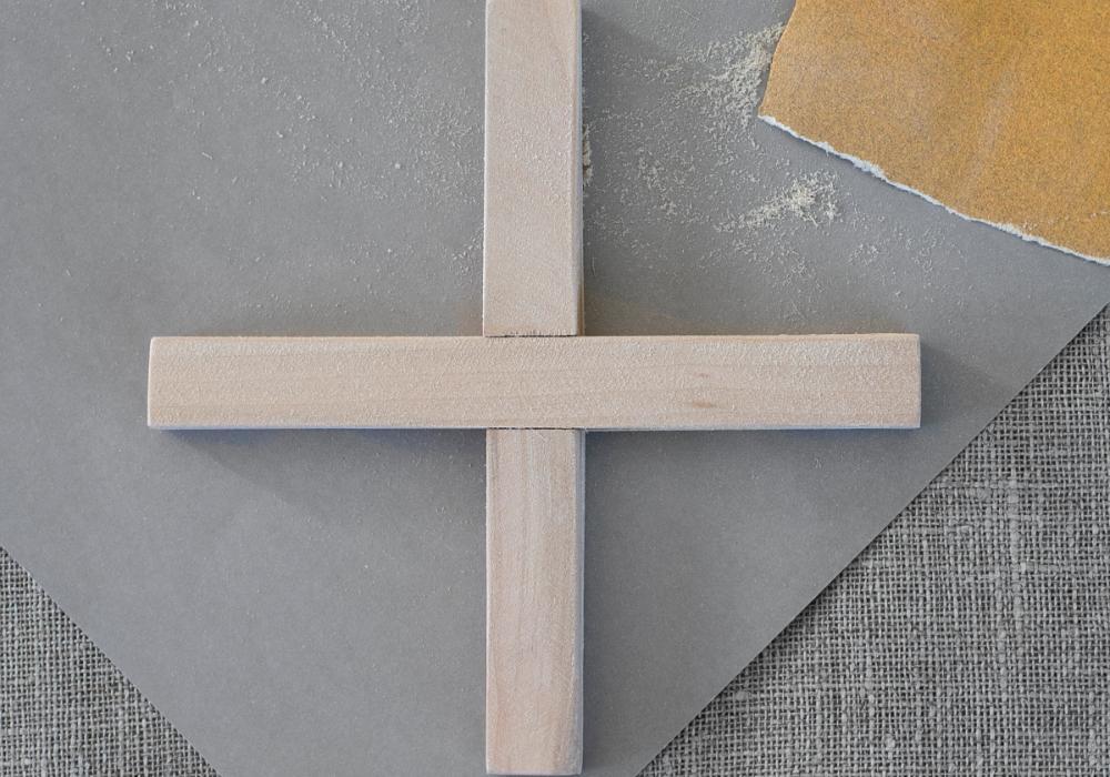 Sandpapper förhindrar träflisor och gör att färger fäster bättre.