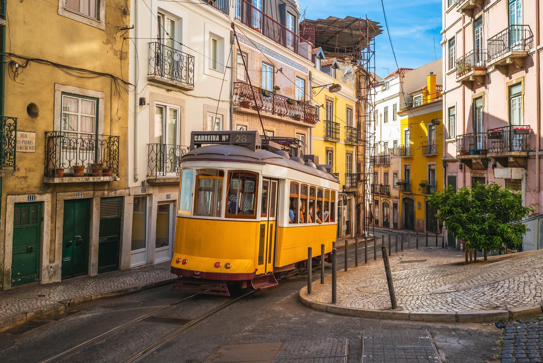 Besökare i Lissabon kan välja att se staden från dess spårvagnar.