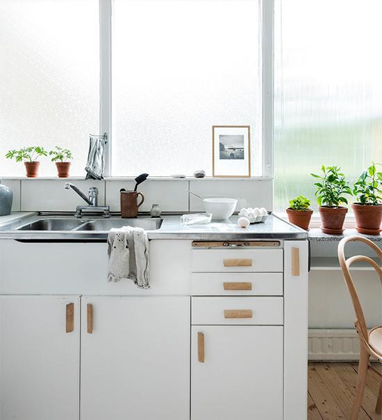 De stora fönsterpartierna i linjeglas möjliggör ljusinsläpp från samtliga väderstreck men skyddar samtidigt från insyn från grannarna.