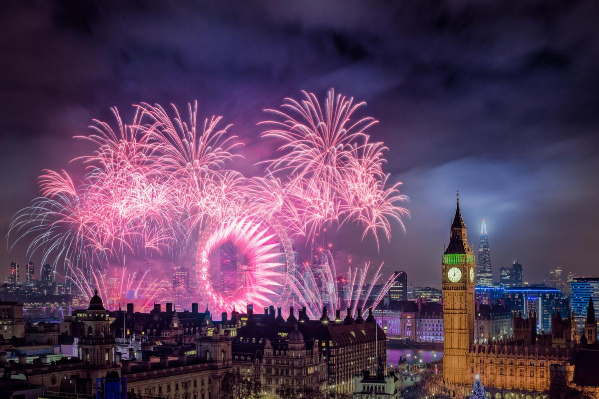 Från baren Radio i London får man utsikt över färgsprakande fyrvekerier över London Eye och Big Ben.