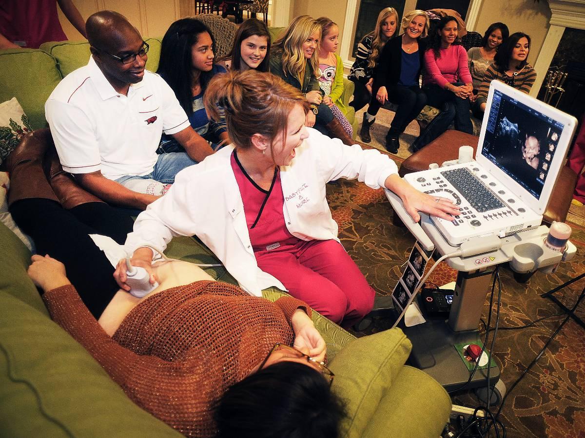 Magkänsla? Här utför teknikern Christy Foster ultraljud på blivande mamman Karie Moss.