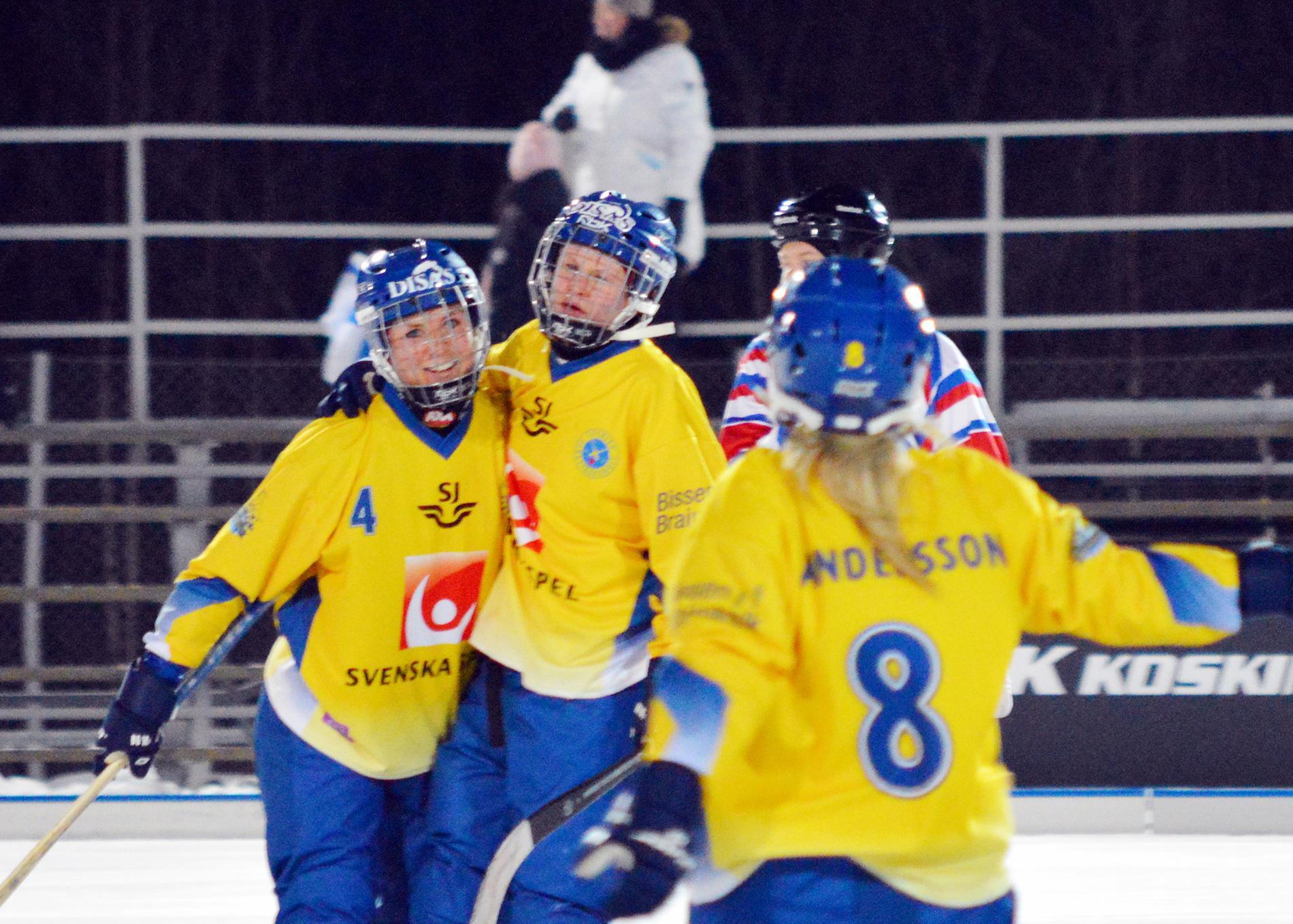 Camilla Johansson (i mitten) gjorde det svenska segermålet. Arkivbild.