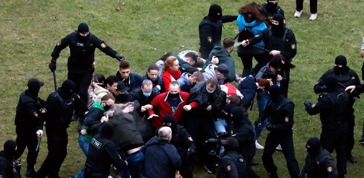Poliser attackerar demonstranter i Minsk.