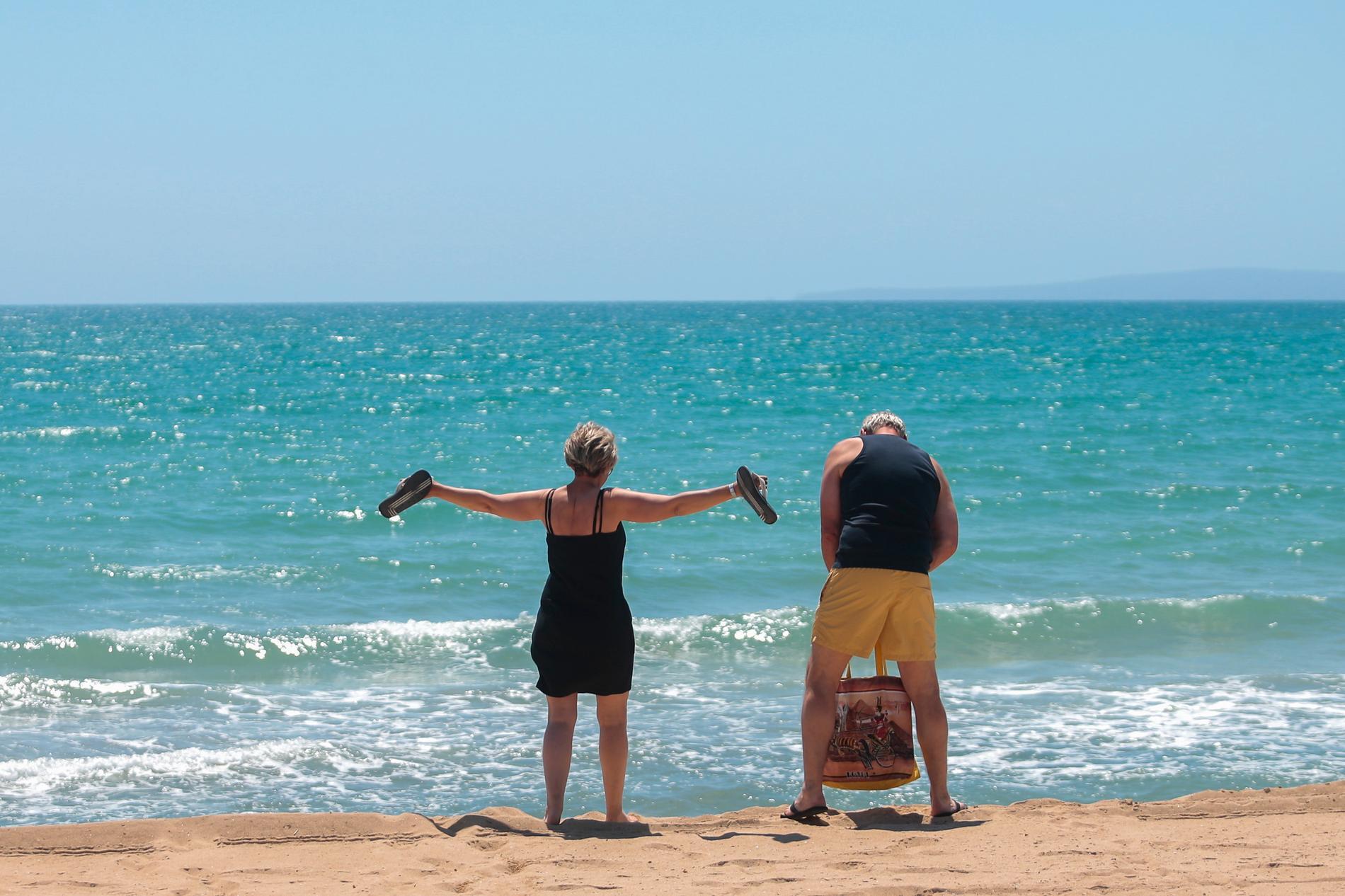 Längtan efter sol och bad är stor bland svenskarna. På bilden tyska turister på spanska Mallorca i juni 2020.