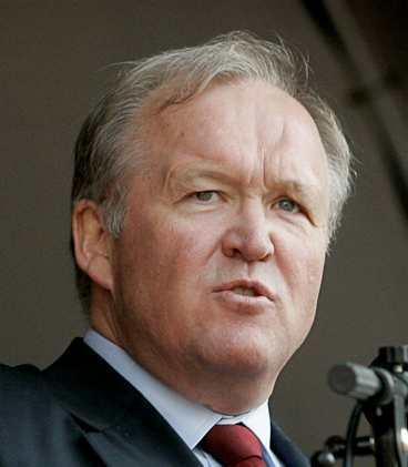 Göran Persson har ingen anledning att le. Bara Zimbabwe och Ungern har svagare valutor än Sverige.