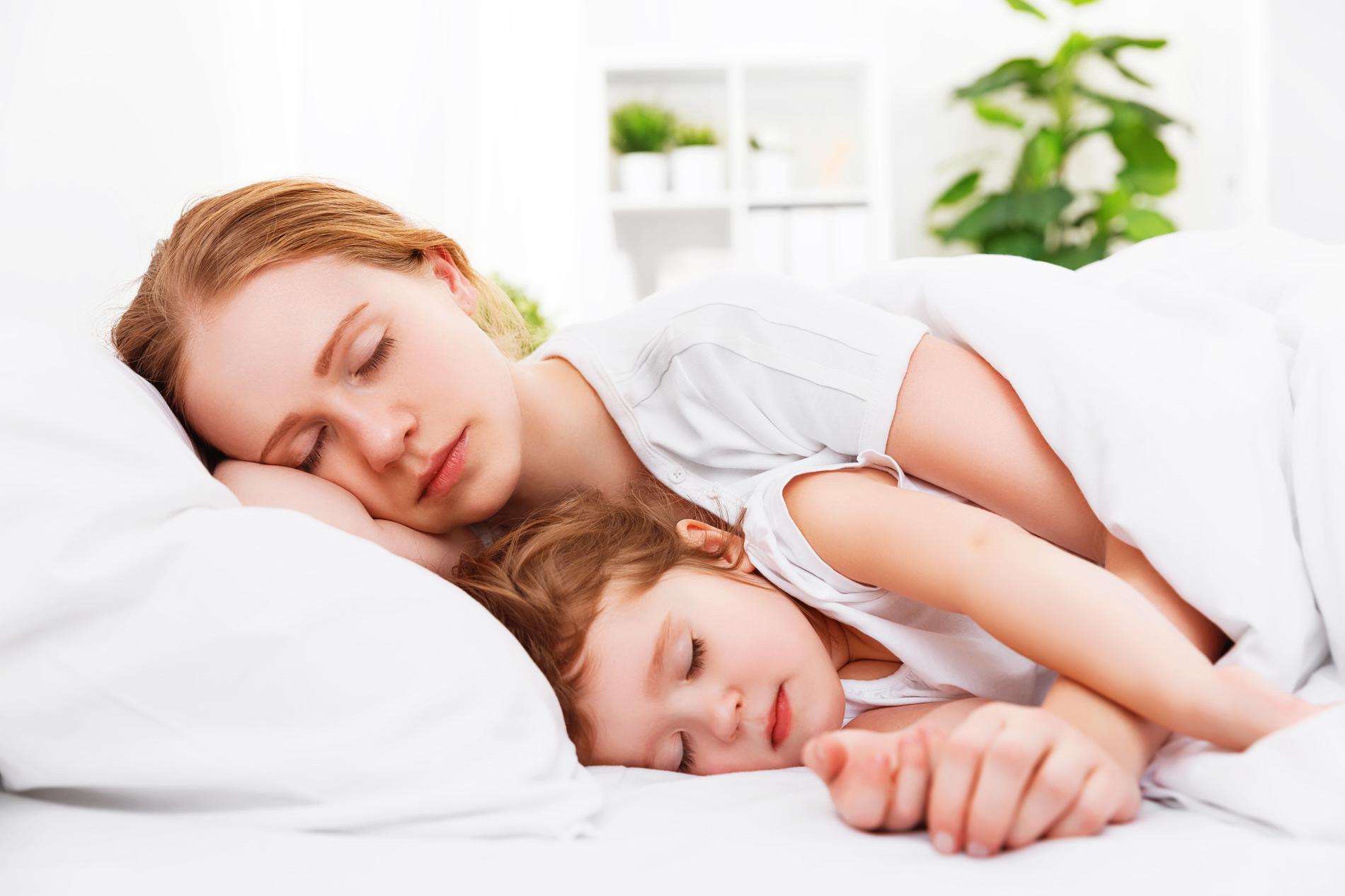 Experten ger råd på hur du ska få ditt barn att sova själv.