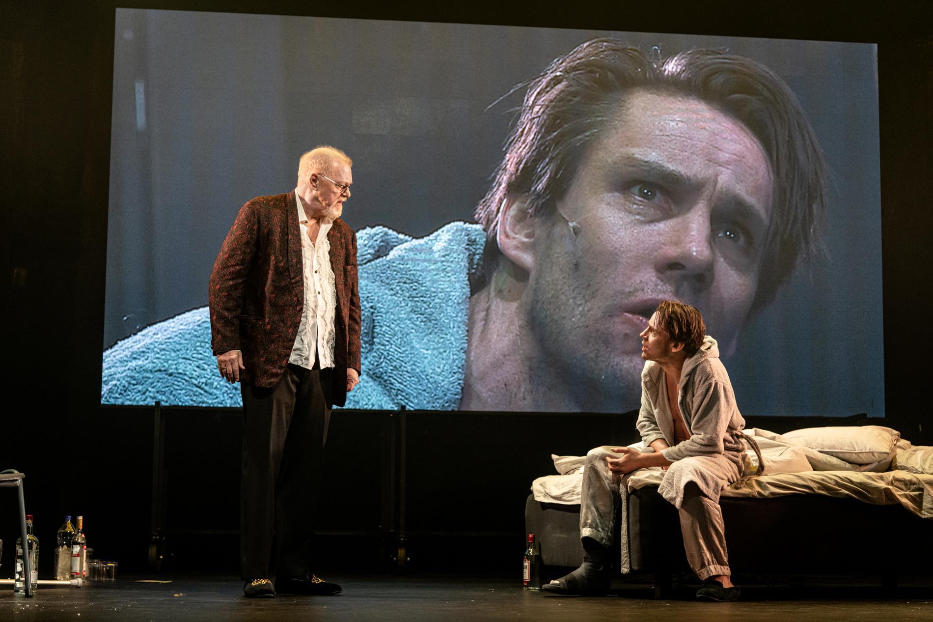 "Peter Andersson och Erik Ehn i ""Katt på hett plåttak"" på Maximteatern i Stockholm."