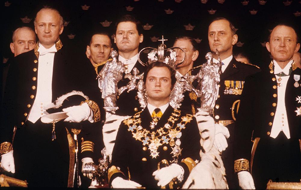 """Carl gustaf blev kung den 15 september 1973 när hans farfar Gustaf V avled. Den 19 september samma år svor han kungaeden och hans talspråk blev """"För Sverige - i tiden""""."""