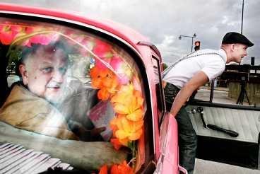 Svårflörtad Aftonbladet lät tv-profilen Siewert Öholm göra en provtur i baksätet på Queer Cab. Det blev ingen lätt körning för föraren Jens Jonsson.