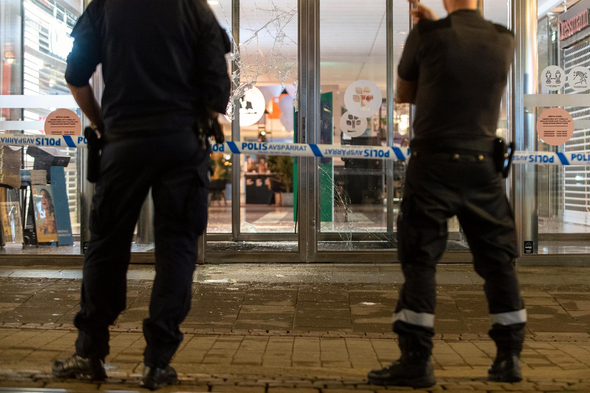 Polis och väktare utanför butiken i Norrköping.