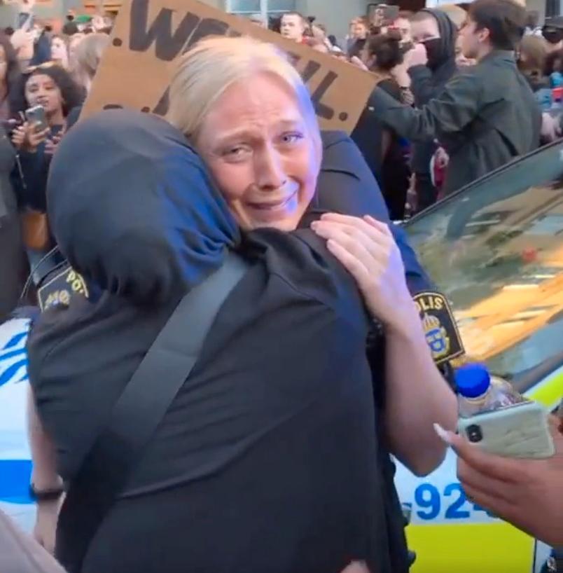 Flera vill krama polisen efter hennes gest.