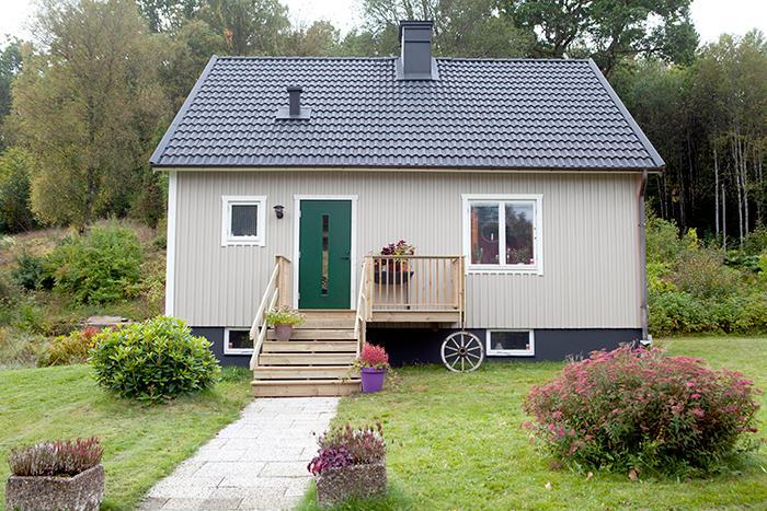 Kristin har precis målat om huset och en ny trappa har kommit på plats. Huset är byggt på sextiotalet och är 100 kvadratmeter stort.