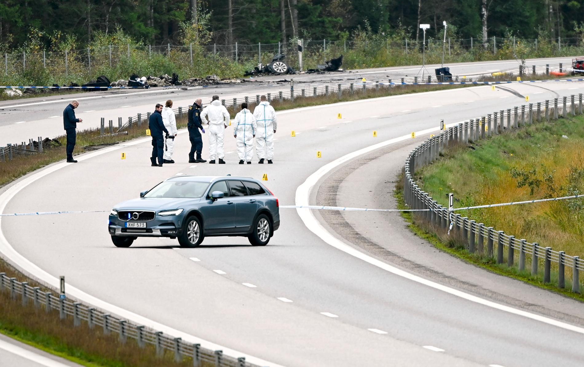 Polisen arbetar på olycksplatsen där konstnären Lars Vilks och två poliser omkom. Arkivbild.