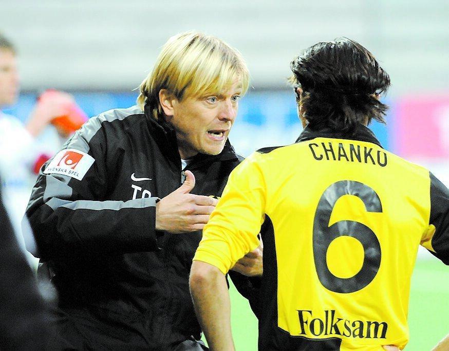 Tränaren Tony Gustavsson ger Lolo Chanko instruktioner under matchen.