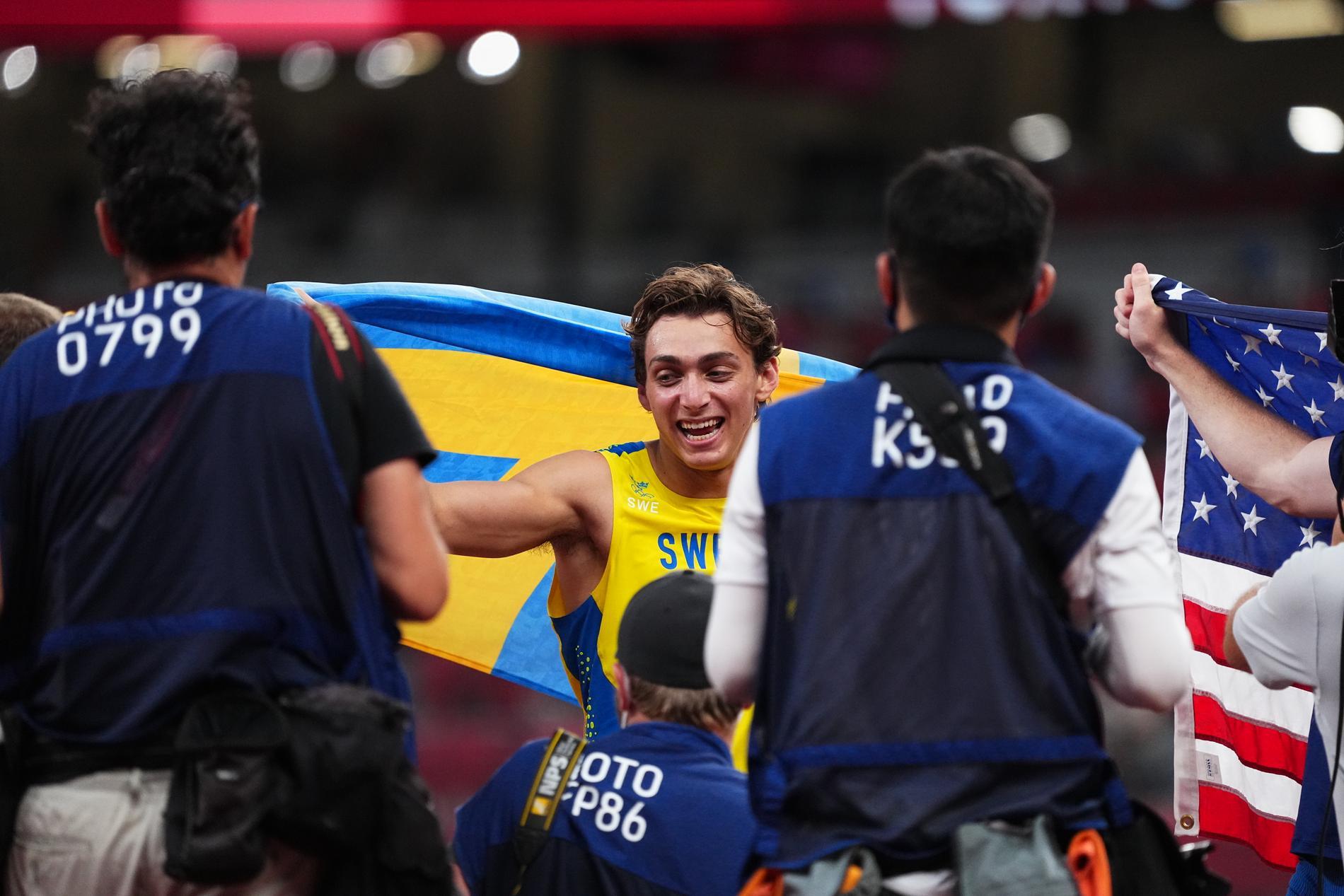 Armand Duplantis efter OS-guldet i Tokyo.