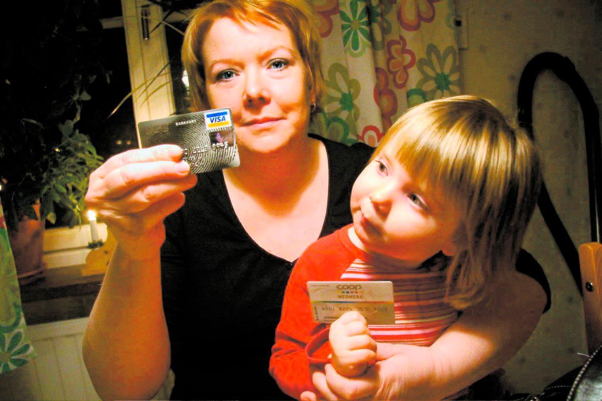 Dominique Perrin, här med dottern Emma, 2, blev utsatt för skimning. Hon tog ut pengar i en bankomat i Uppsala. Sedan länsades hennes konto – i Spanien.