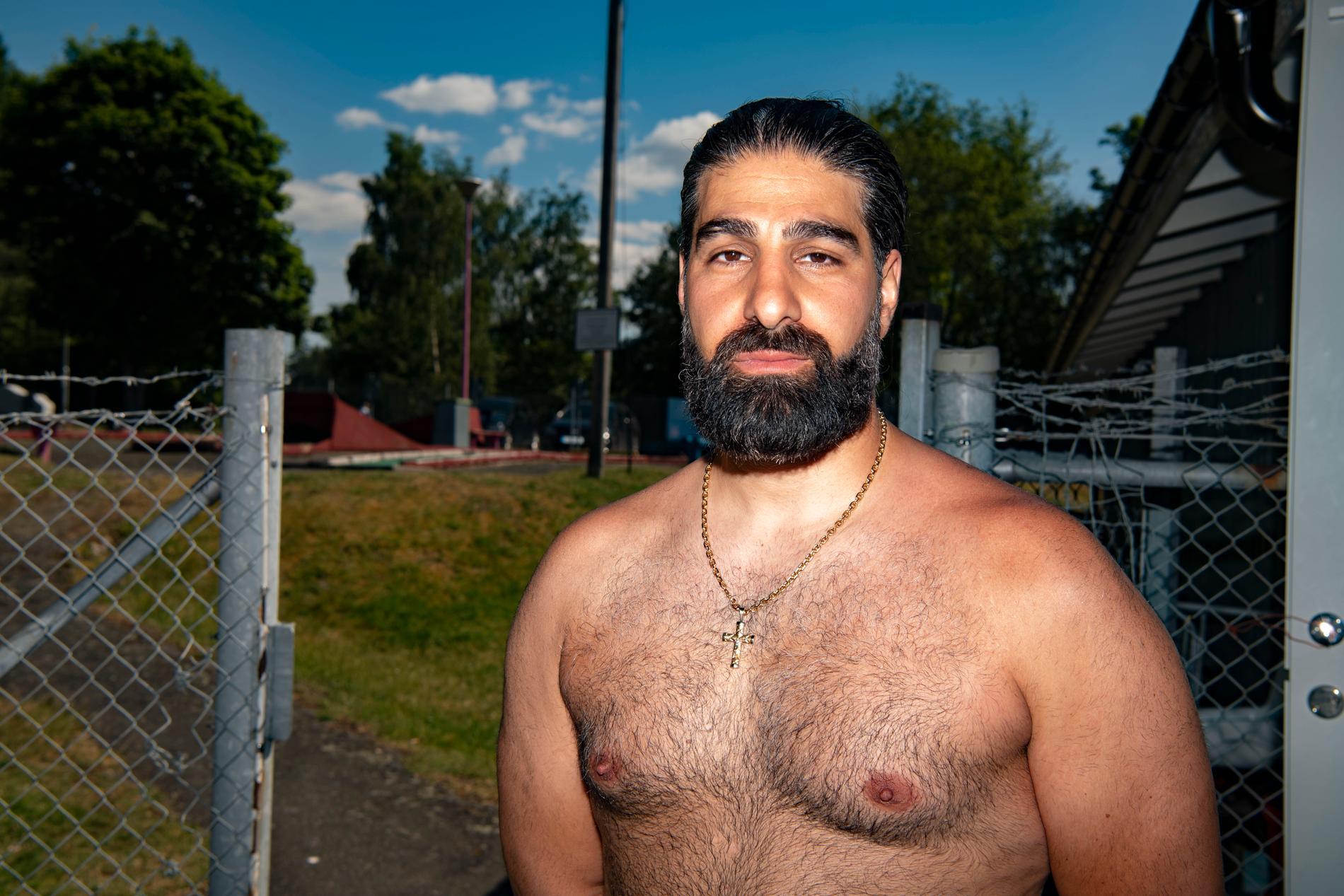 Jakob Demir, vars familj driver en kiosk på badplatsen, berättar om en dämpad stämning.
