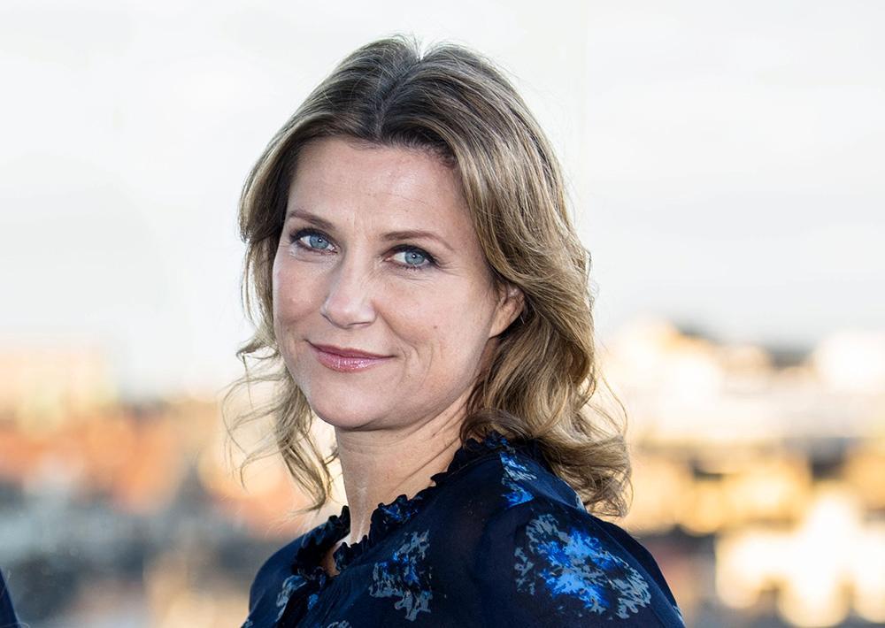 Prinsessan Märtha Louise avsade sig titeln Hennes Kungliga Höghet i samband med giftermålet med Ari Behn. Hon ville bli mer självständig mot kungahuset och kunna tjäna egna pengar.