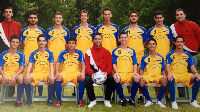 Fotbollsspelarna i Syria/Kamishly har rest genom krigets Syrien och beskjutits för att få spela fotboll – men Sverige vill inte släppa in dem. Det här lagfotot är från förra årets turnering.