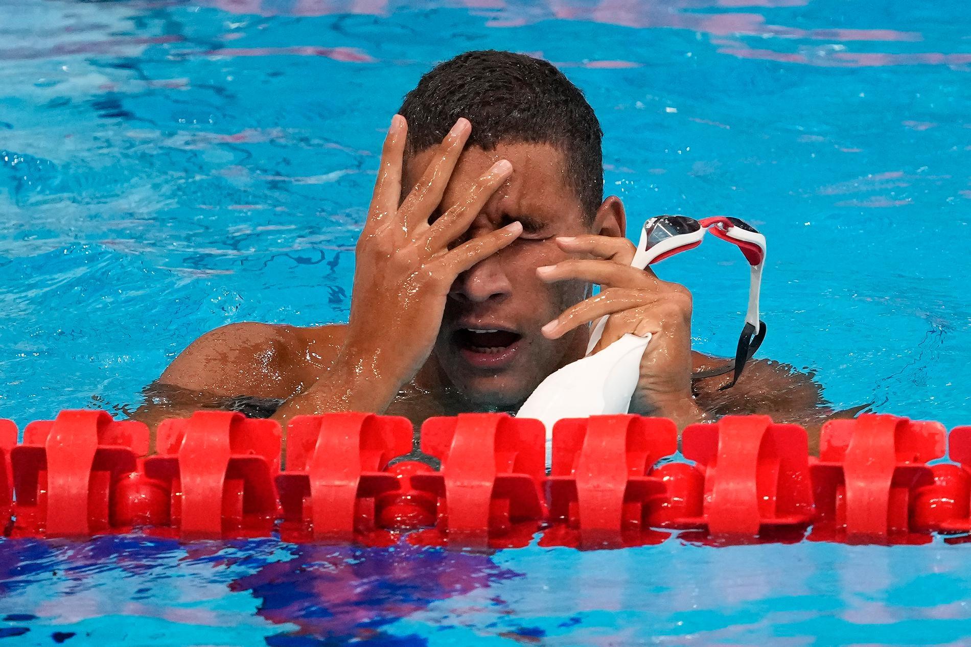 Skrällvinnaren Ahmed Hafnaoui, Tunisien, tror inte sina ögon när han ser sitt namn överst på resultattavlan på 400 meter fritt.