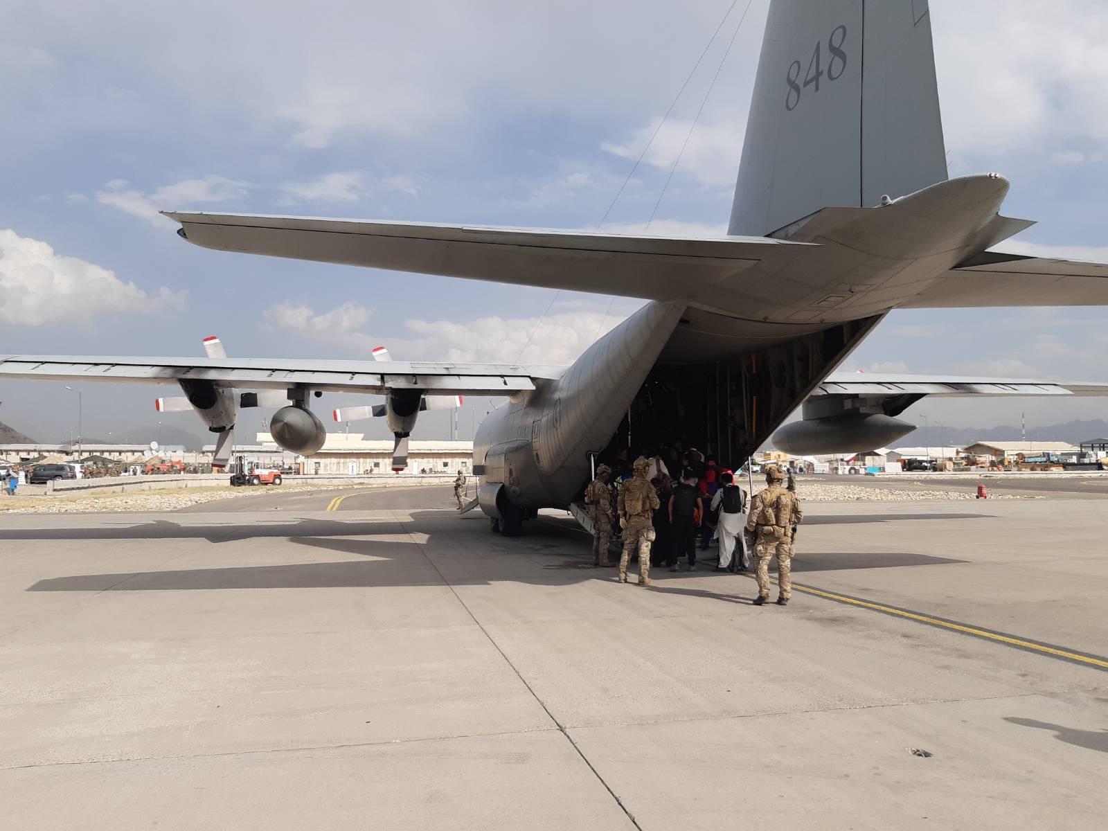 Svenska försvarsmaktens Hercules 848 på Kabuls flygplats.