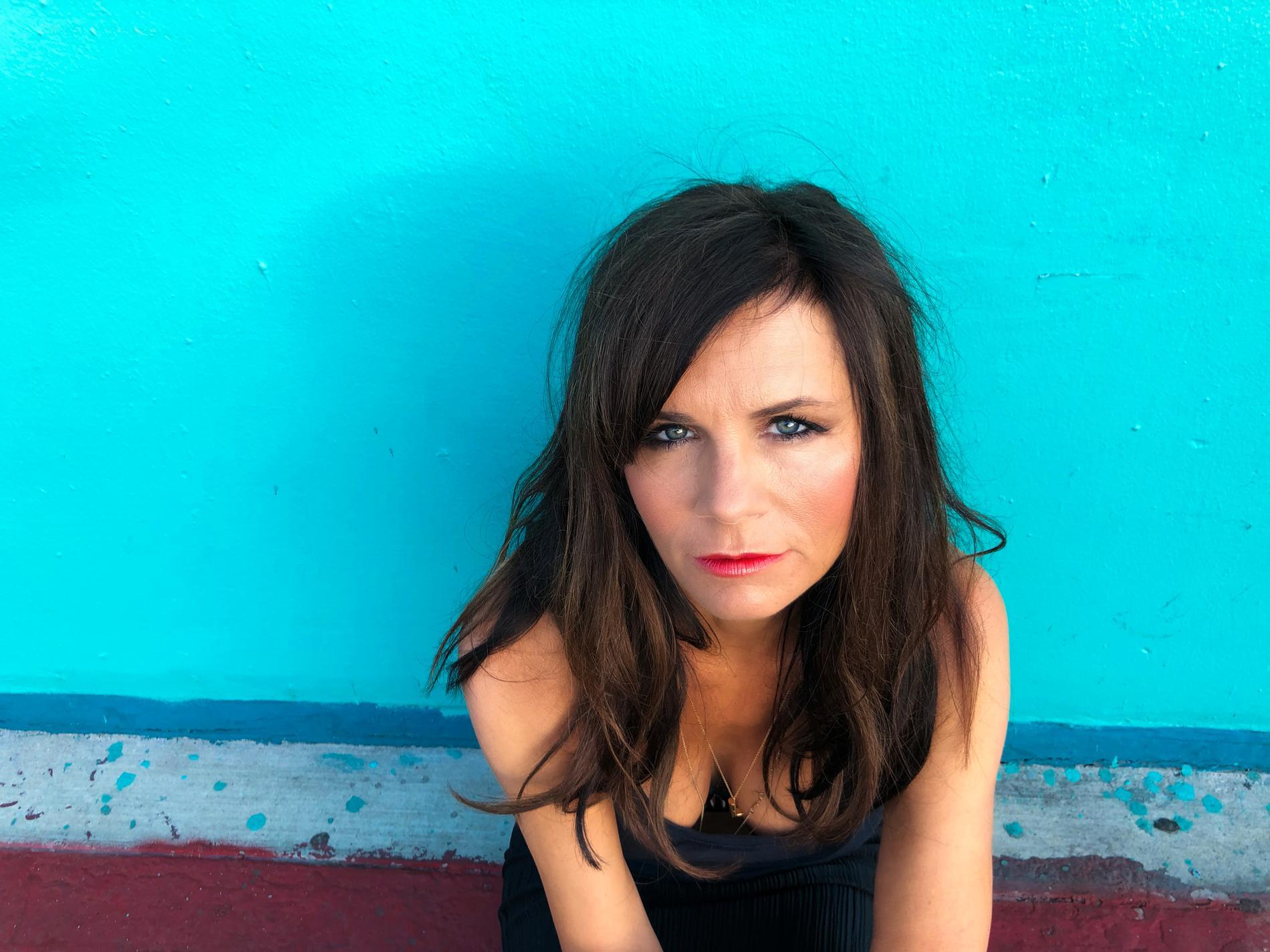 Lena Philipsson gör själv musikvideor till samtliga låtar på nya albumet.